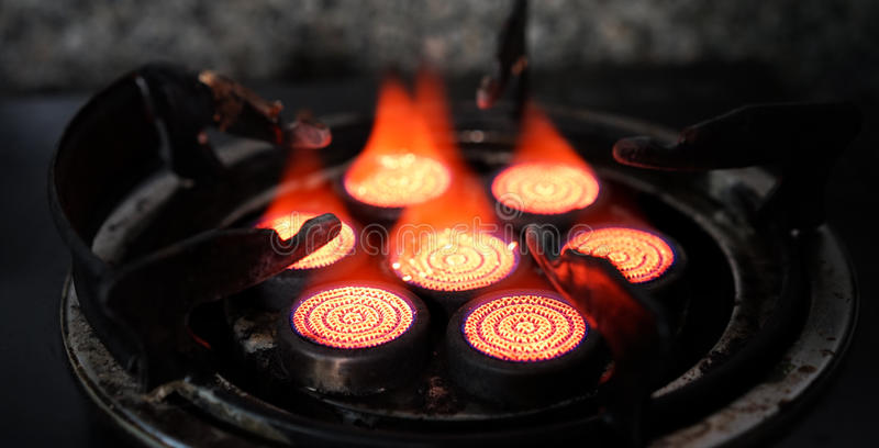 Cuisinière à gaz rouge photo stock
