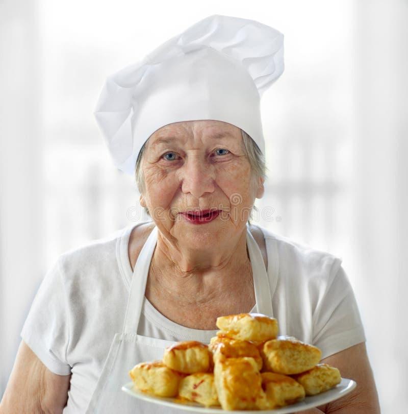 Cuisinière aînée de femme photo stock