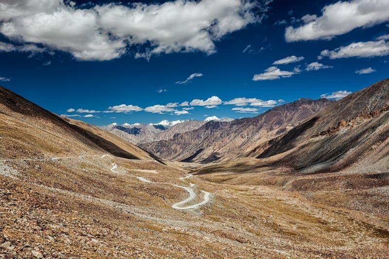 Cuisinière et route de Karakoram en vallée, Ladakh, Inde images libres de droits