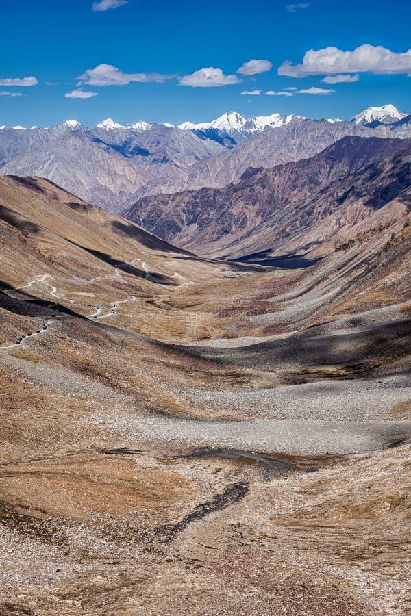 Cuisinière et route de Karakorum en vallée, Ladakh, Inde images stock