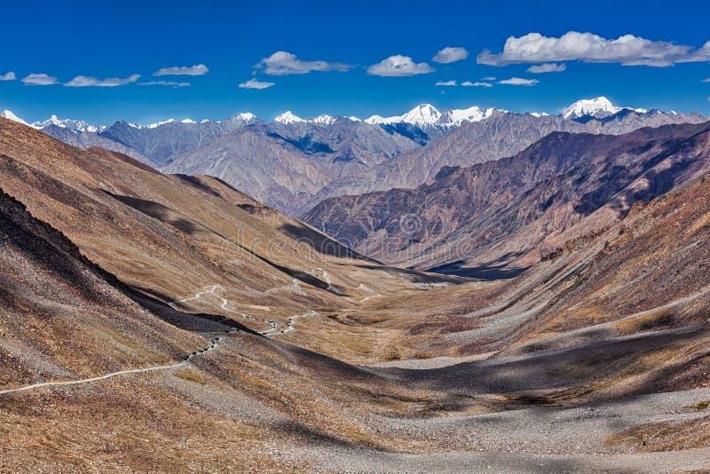 Cuisinière et route de Karakorum en vallée, Ladakh, Inde images libres de droits