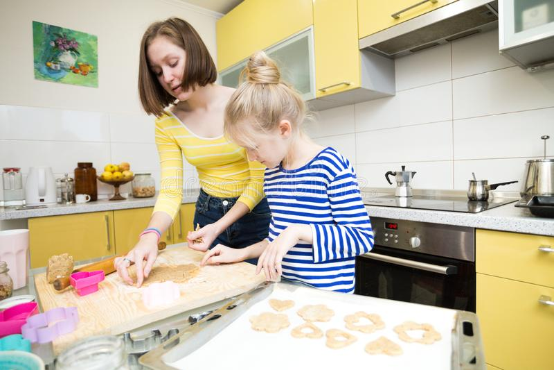 Cuisinière n de filles de soeur la cuisine photos libres de droits
