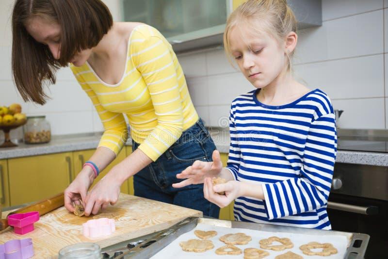 Cuisinière n de filles de soeur la cuisine photographie stock