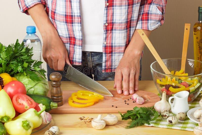 Cuisinières de femme à la cuisine photographie stock