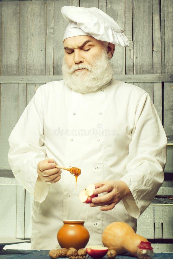 Cuisinier avec du miel et la nourriture images stock