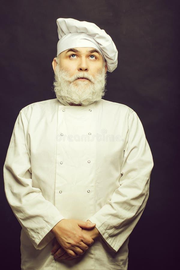 Cuisinier barbu dans l'uniforme photo stock