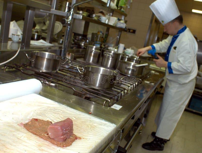 Cuisinier dans la cuisine photographie stock libre de droits