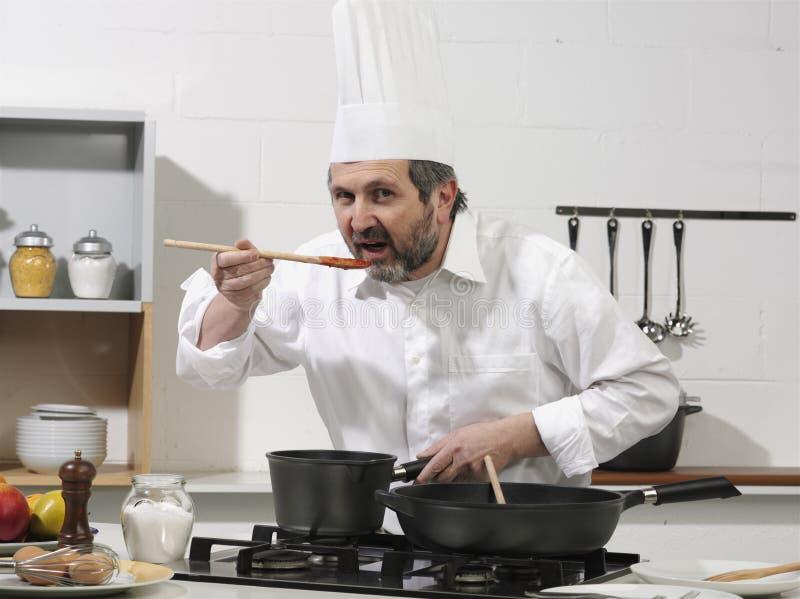 Cuisinier dans une cuisine photo stock