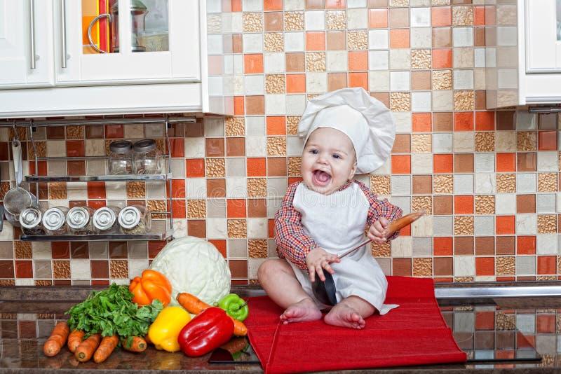 Cuisinier de bébé avec des légumes photo stock