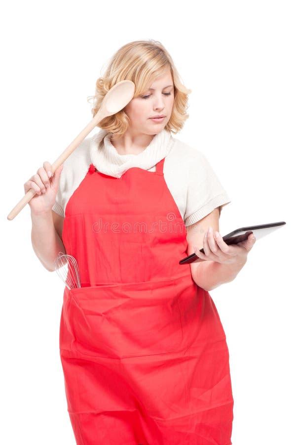 Cuisinier de chef à l'aide d'un ordinateur de comprimé photographie stock