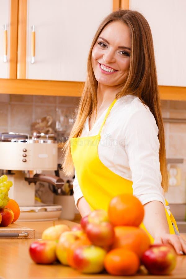Cuisinier féminin travaillant dans la cuisine images libres de droits