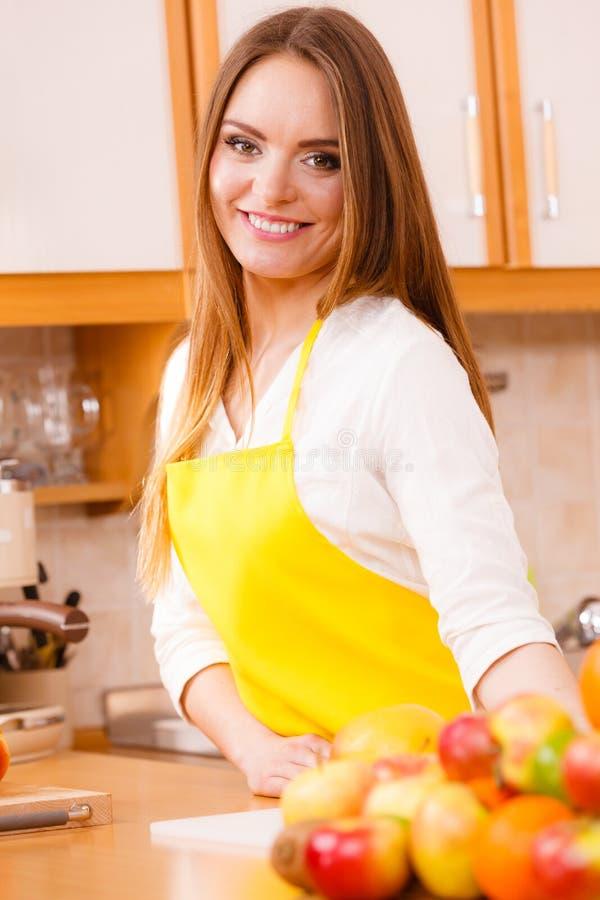 Cuisinier féminin travaillant dans la cuisine photographie stock libre de droits