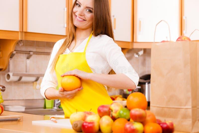 Cuisinier féminin travaillant dans la cuisine photographie stock