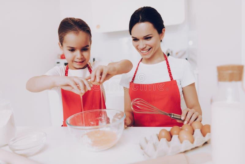 Cuisinier Happy Breakfast d'enfant avec la belle mère image stock
