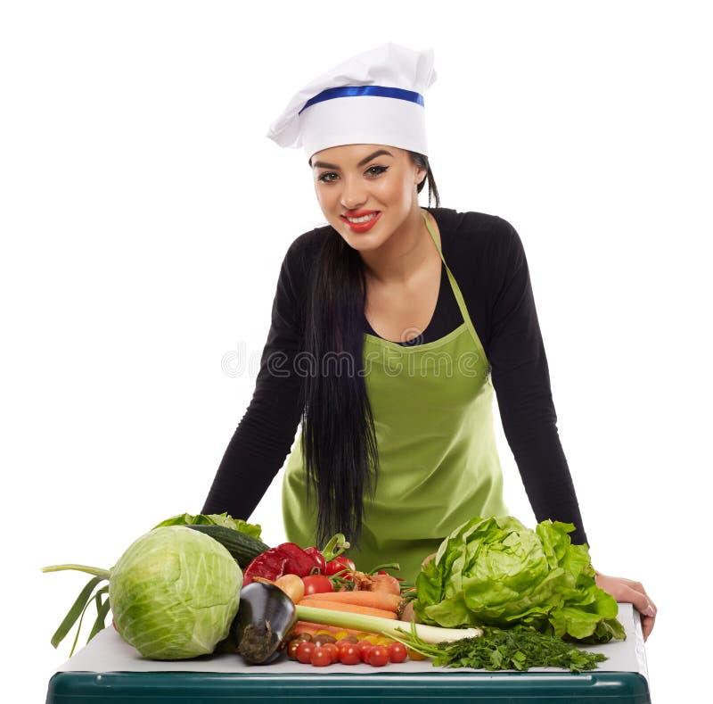 Cuisinier heureux avec une table des légumes photos libres de droits