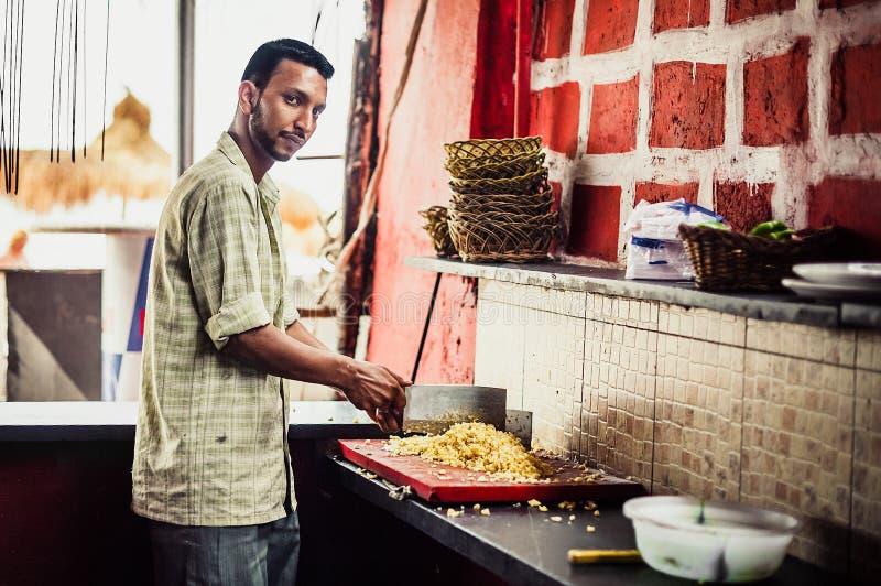 Cuisinier indien de rue préparant la nourriture Nourriture de rue Chef aux cafés de plage dedans image libre de droits