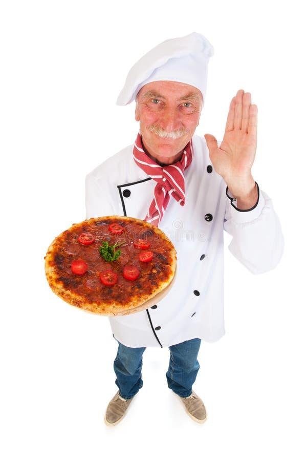 Cuisinier italien avec la pizza photo stock