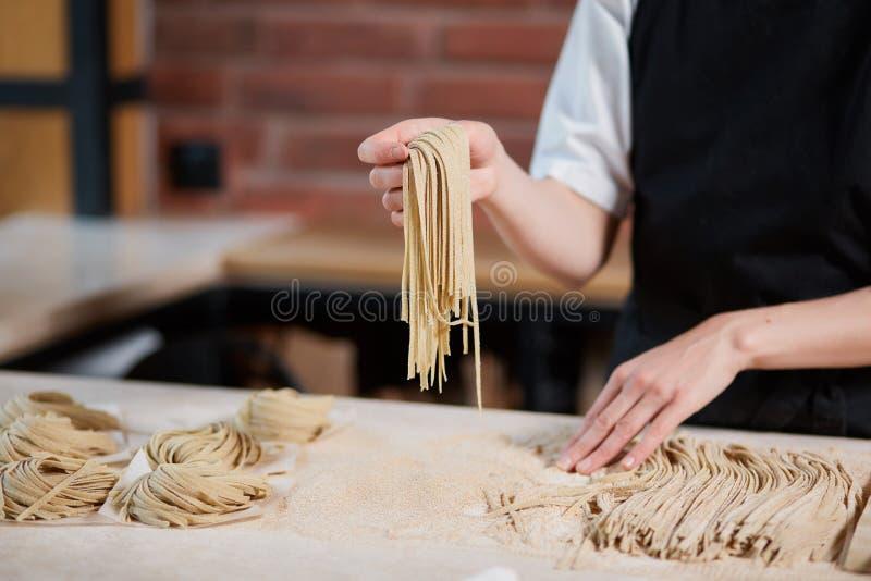 Cuisinier méconnaissable faisant des pâtes photographie stock libre de droits