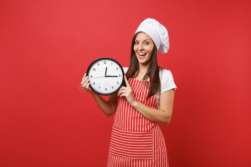 Cuisinier ou boulanger féminin de chef de femme au foyer dans le tablier rayé, T-shirt blanc, chapeau de chefs de toque d'isoleme photo libre de droits
