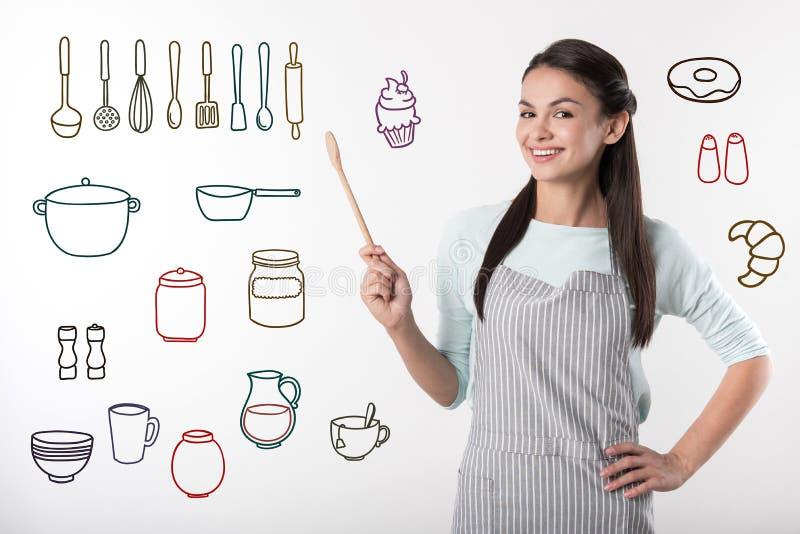 Cuisinier professionnel positif souriant tout en étant au travail photos libres de droits