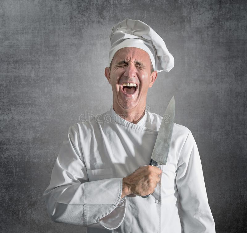 Cuisinier riant avec un couteau ? disposition photographie stock libre de droits