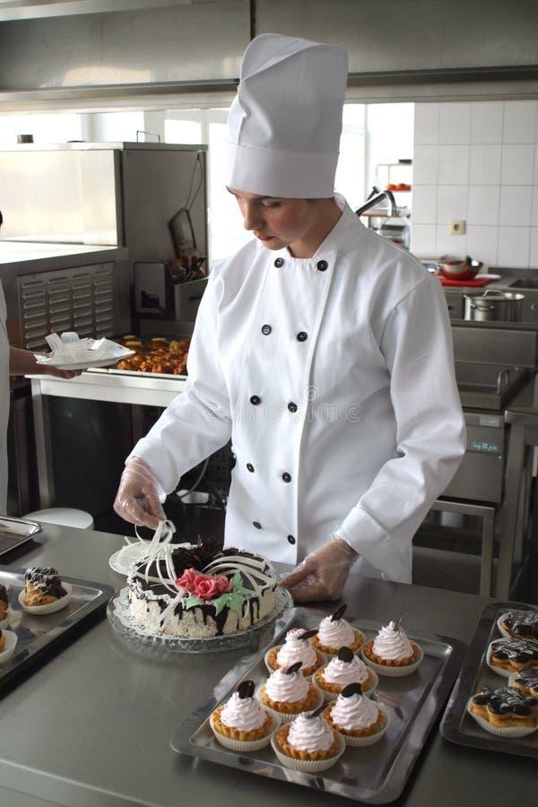 Cuisinier sur la cuisine photo libre de droits