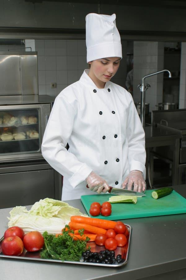 Cuisinier sur la cuisine photographie stock