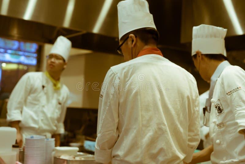 Cuisiniers occupés travaillant dans la cuisine d'un restaurant japonais, Tokyo, Japon photo stock