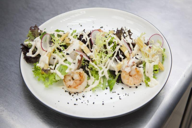 Cuisiniers préparant une salade des fruits de mer photos libres de droits