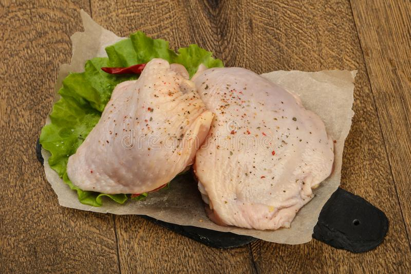 Cuisse crue de poulet photos stock