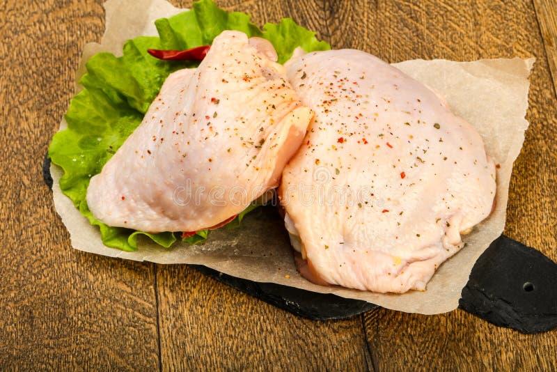 Cuisse crue de poulet images stock