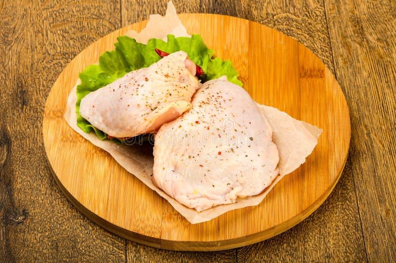 Cuisse crue de poulet photo libre de droits
