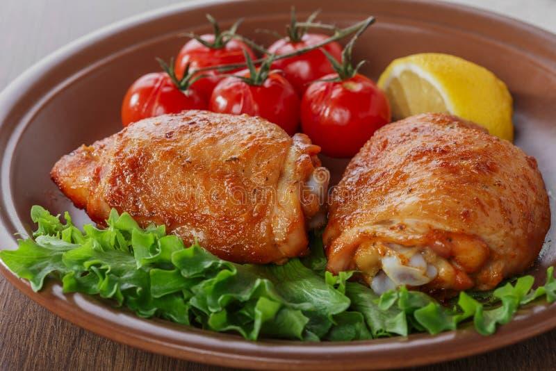 Cuisse cuite au four de poulet photo stock