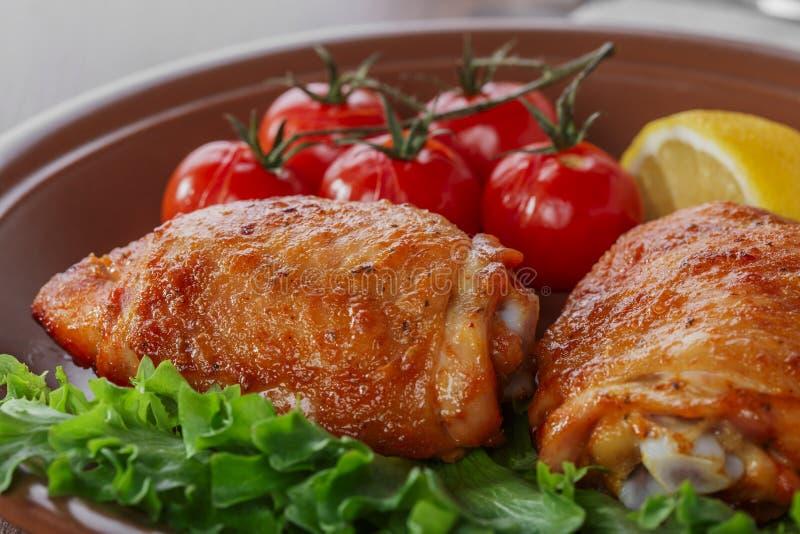Cuisse cuite au four de poulet photographie stock libre de droits