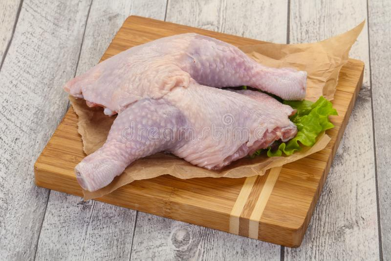 Cuisse de poulet cru photo libre de droits