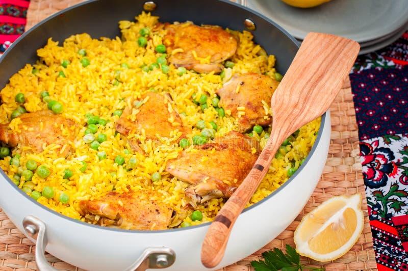 Cuisse de poulet et riz Biryani avec les pois images stock