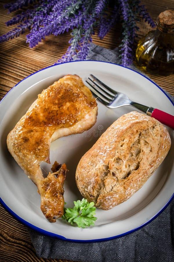 Cuisse de poulet frit avec pain photos stock