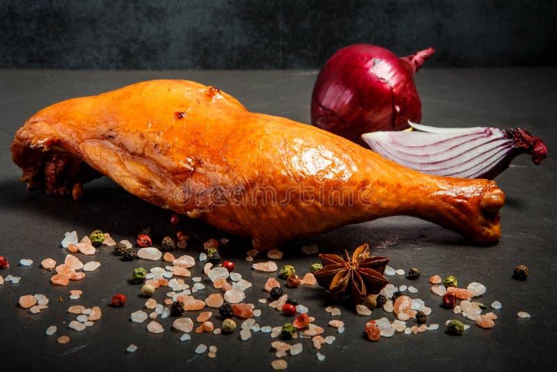 Cuisse fumée de poulet à l'oignon rouge d'épices, coupé en tranches et entier photos stock