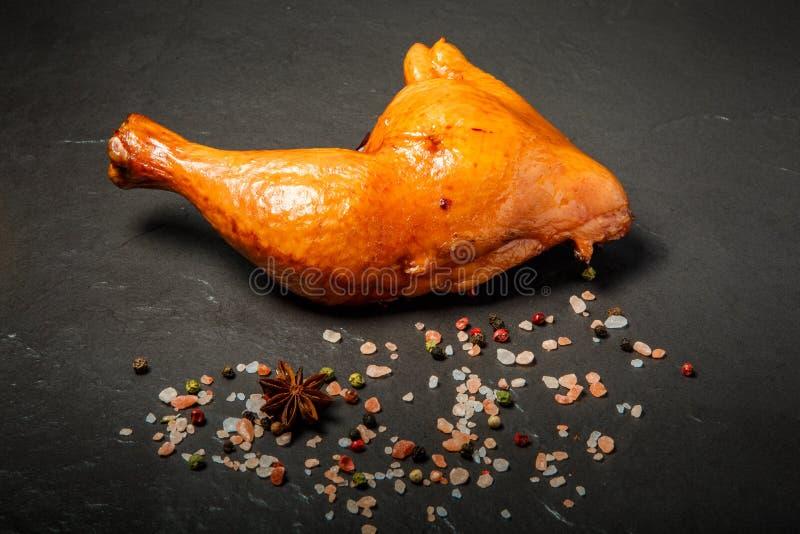 Cuisse fumée simple de poulet de vue supérieure avec des épices image stock