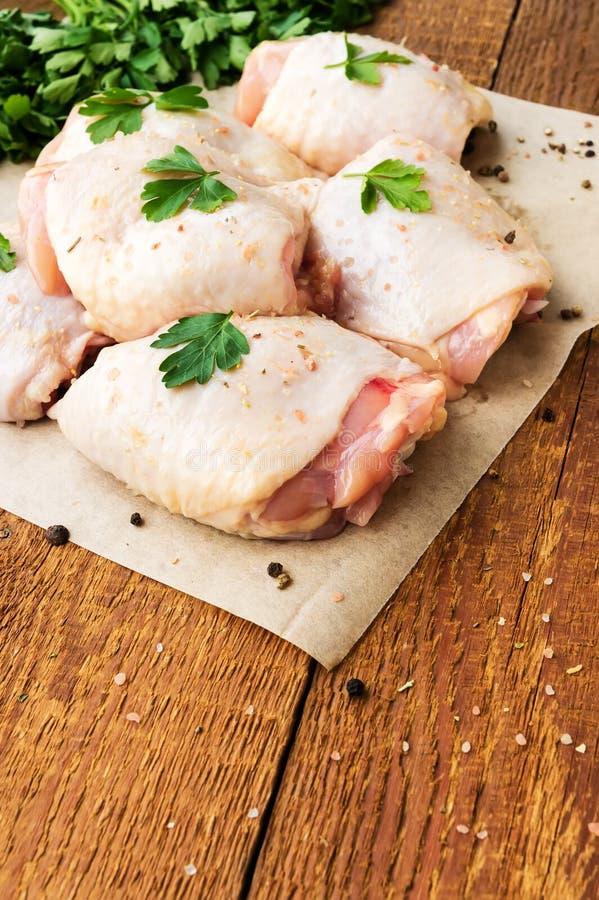 Cuisses crues de poulet avec le persil photos libres de droits