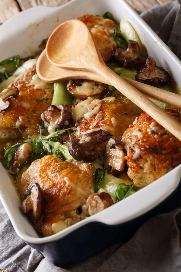 Cuisses cuites au four de poulet avec le bok de b?b? choy, le fromage et le plan rapproch? de champignons vertical image stock