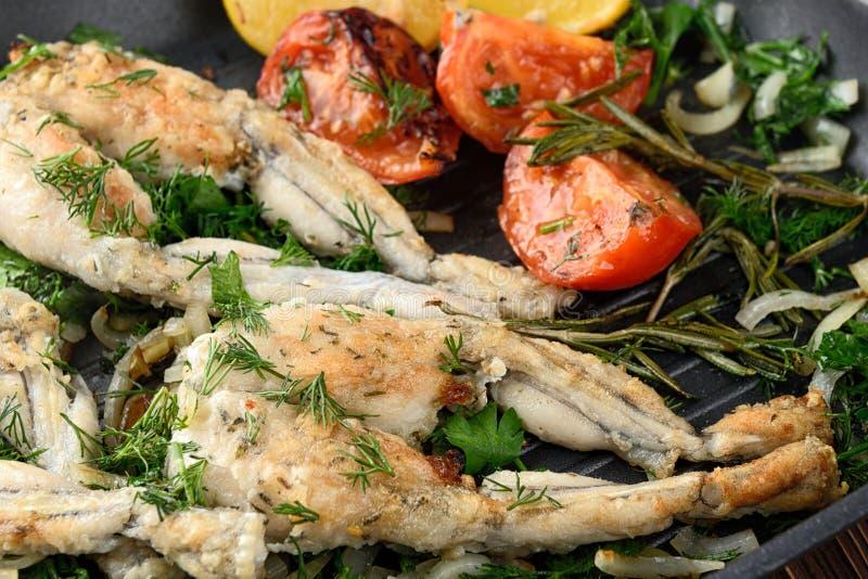 Cuisses de grenouilles frites image stock