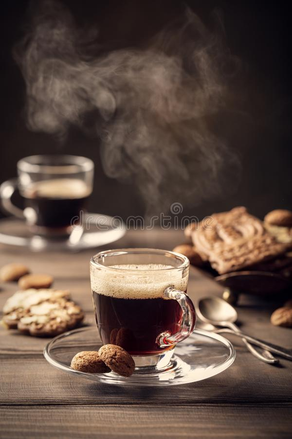 Cuisson à la vapeur de la cuvette de café image libre de droits