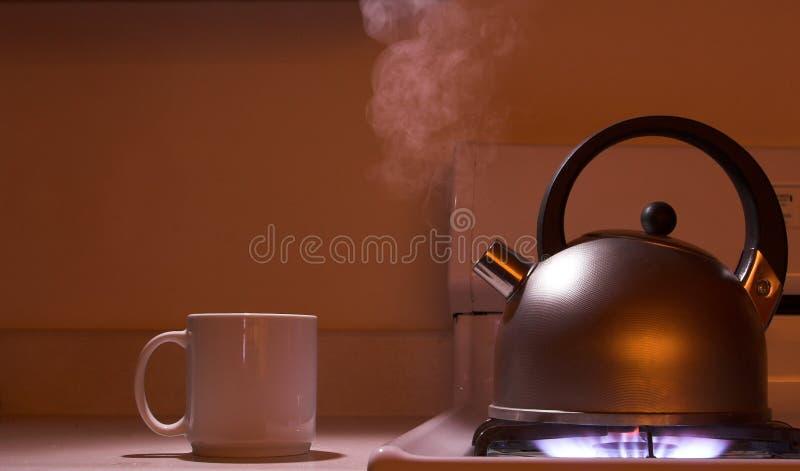 Cuisson à la vapeur de la bouilloire de thé image libre de droits