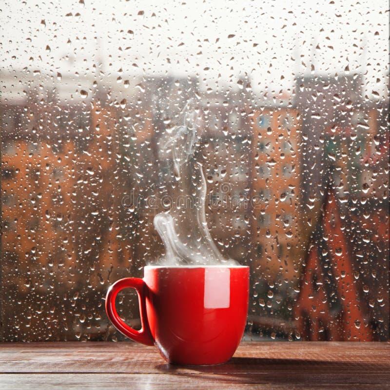 Cuisson à la vapeur de la tasse de café photographie stock