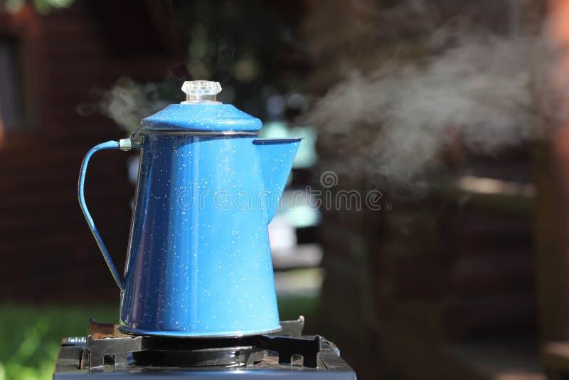Cuisson à la vapeur du bac de café de cru image stock