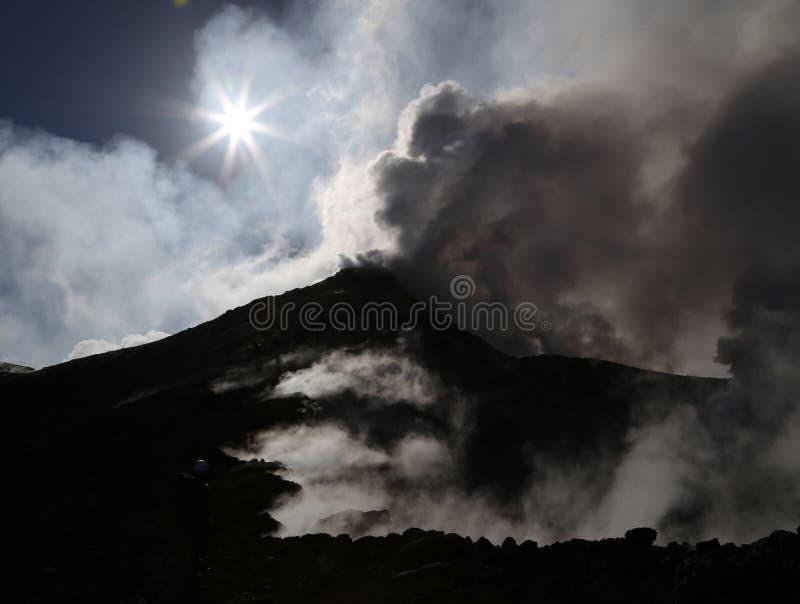 Cuisson à la vapeur du volcan l'Etna en Sicile dans le soleil de matin photographie stock libre de droits