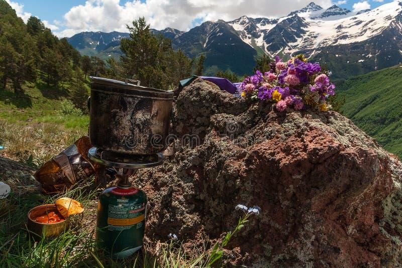 Cuisson au camp Petit déjeuner de touristes en nature photos libres de droits