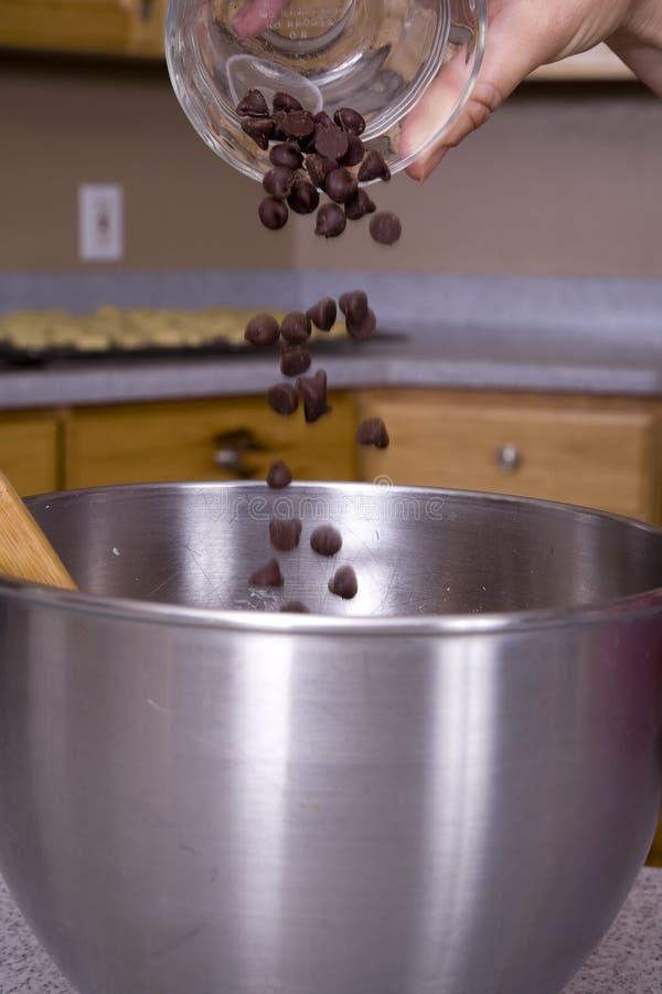 Cuisson avec des puces de chocolat photos stock