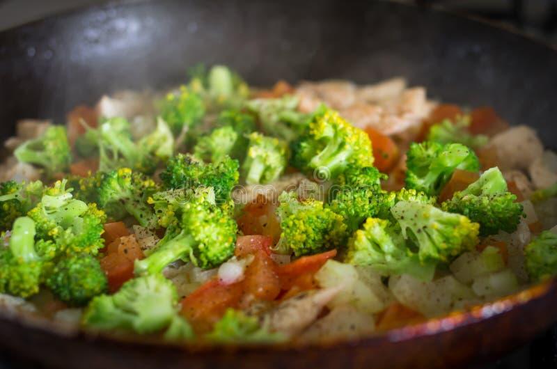 Cuisson chaude et humide de wok de broccolli/chou-fleur image stock